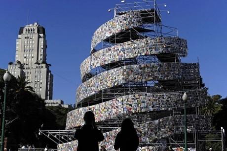 1304865547 0 460x306 Una torre de 30.000 libros en Buenos Aires