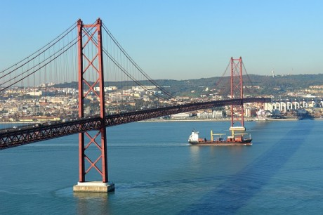 25th April Bridge and boat 460x306 El Puente 25 de Abril de Lisboa