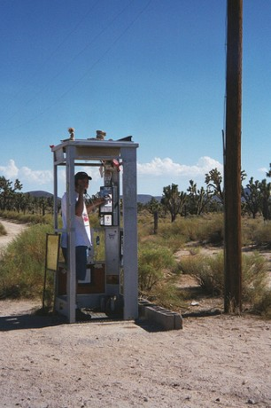 4243750008 8a270cca23 306x460 Cabina solitaria de Mojave
