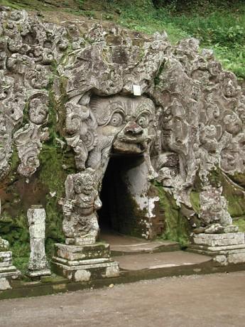 Entrando a la Cueva del Elefante