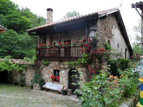 5827200883 099941d4c1 460x345 Bárcena Mayor, un pueblo cántabro con encanto