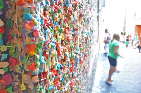 7324932498 92f7368733 460x305 Gum Wall y Bubblegum Alley, muros cubiertos de chicles