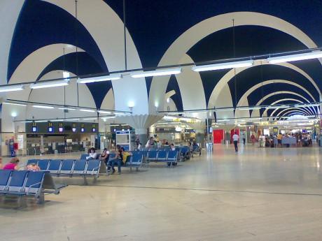 800px AeropuertoSevilla 460x345 El destino de los objetos perdidos en los aeropuertos