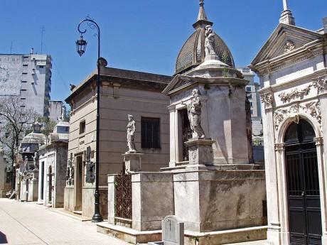 800px Buenos Aires Recoleta Cementery P2090035 460x345 Descanso de lujo en el Cementerio de la Recoleta