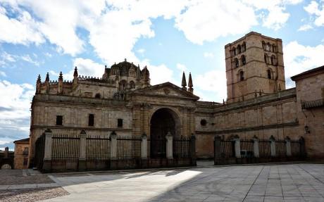 800px Catedral de Zamora fachada principal2 460x287 La catedral más antigua de Castilla y León