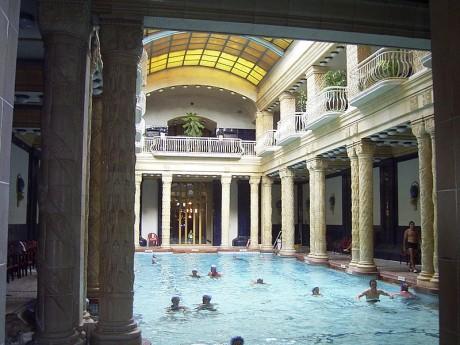 800px GellertUszoda1 460x345 Baños Gellert, de los más bonitos de Budapest