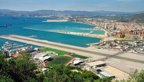 800px Gibraltar Airport Main Highway 460x261 Los aeropuertos más peligrosos del mundo (I)