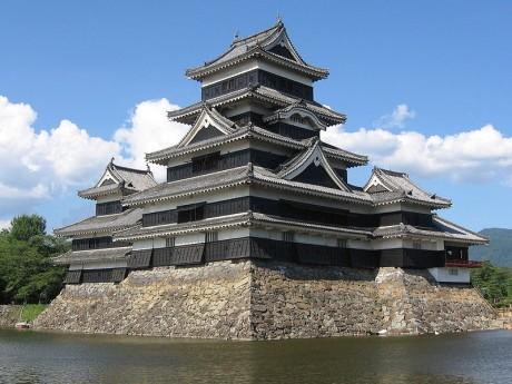 800px Matsumoto Castle 1 1 460x345 El castillo de Matsumoto, Tesoro Nacional de Japón
