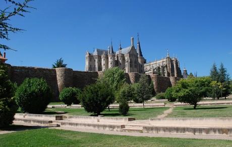 800px Muralla Palacio Gaudí Catedral de Astorga 460x291 Astorga, el corazón de León