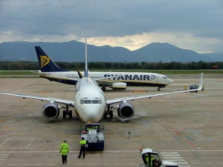 800px Ryanair planes at Girona Airport 460x345 Ryanair cancela rutas desde el Aeropuerto de Gerona