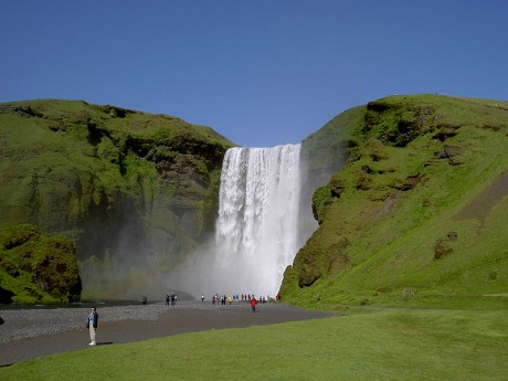 800px Skogafoss from below 460x345 Catarata Skógaffoss, un lugar de leyenda