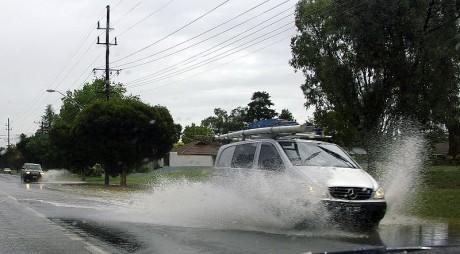 800px Two vehicles aquaplaning 460x254 Cuando llueve... precaución al conducir