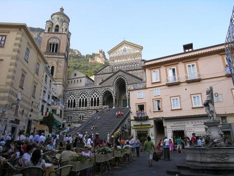 Amalfi Piazza del Duomo 460x345 Amalfi, un pequeño tesoro en el sur de Italia