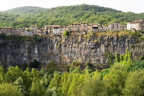 Castellfollit de la Roca 460x308 Castellfollit de la Roca, un pequeño pueblo en las alturas