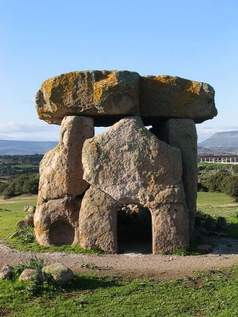 Dolmen de Mores 345x460 Menhires y otros pedruscos