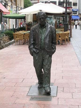 Estatua Woody Allen en Oviedo 345x460 La ruta de las estatuas de Oviedo