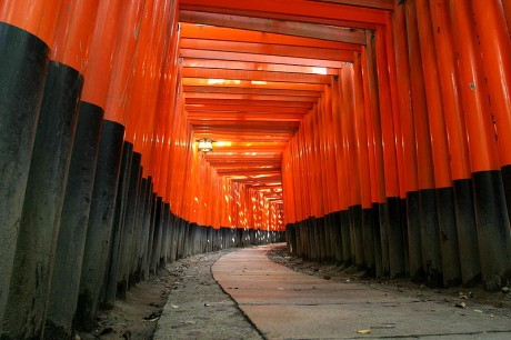 Fushimi Inari Taisha Camino de toriis 460x306 Los santuarios sintoístas y sus símbolos