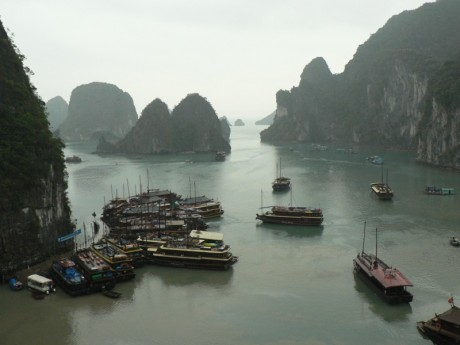 Ha Long Bay with boats 460x345 La bahía de los dragones de jade