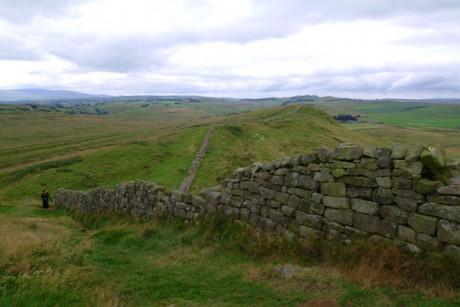 Hadrians Wall view near Greenhead 460x307 El Muro de Adriano, en Gran Bretaña
