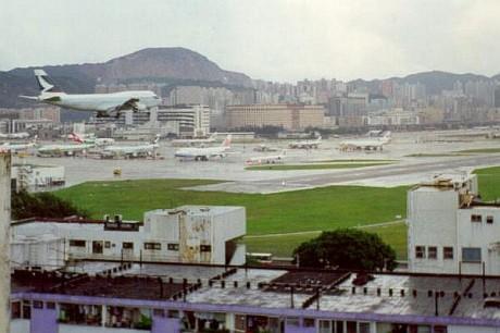 Kai tak 3 460x306 Los aeropuertos más peligrosos del mundo (II)