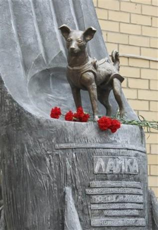 Monumento a Laika 317x460 El monumento a Laika, la perra astronauta