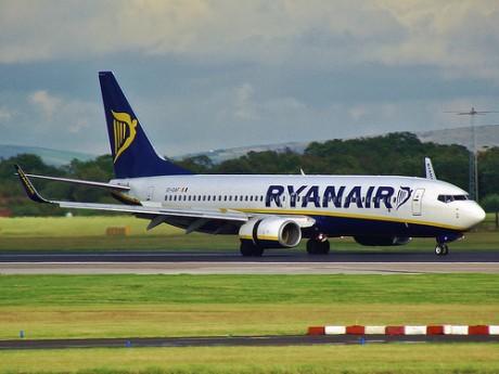 Ryanair1 460x345 Ryanair expulsa a una pasajera por lleva un libro y un pergamino