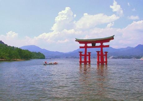 Santuario de Itsukushima 460x325 El santuario de Itsukushima y su torii sumergido