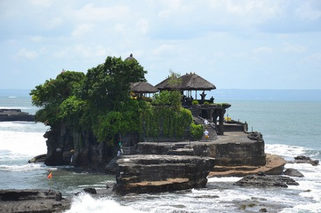 Tanah Lot 460x306 Tanah Lot, templo de la Tierra en el Mar