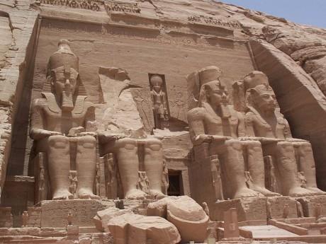 Templo de Abu Simbel 460x345 Los templos de Ramsés II bajo el desierto
