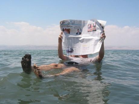 Turista Mar Muerto 460x345 Los lagos más salados del mundo