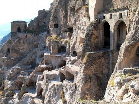 Vardzia 460x345 Pueblos y monasterios en las rocas de Georgia