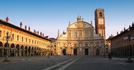 Vigevano Piazza Ducale 460x239 Las joyas de la Lombardía