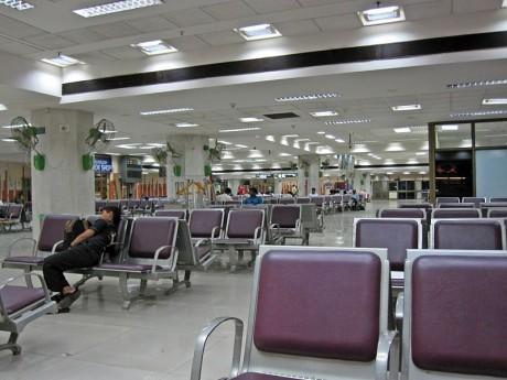 aeropuerto2 460x345 ¿Cómo sobrellevar los retrasos en el aeropuerto?