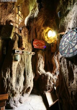 dardos 320x460 Sunland Baobab, un bar dentro de un árbol
