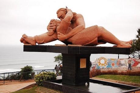 estatua 460x304 El Parque del Amor, romanticismo con vistas al océano