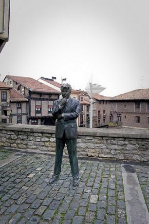 ken 306x460 La estatua de Ken Follet en Vitoria