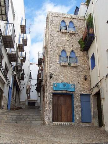 lacasadelasconchas 345x460 La Casa de las Conchas y el amor de Justa por el mar