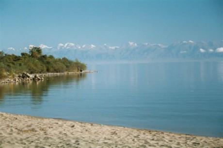 lago2 460x306 El Issyk Kul, el segundo lago de montaña más grande del mundo