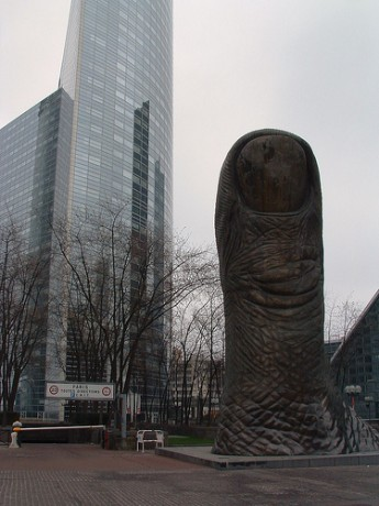 le pouce 345x460 Le Pouce, el dedo de París