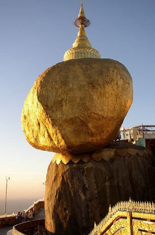 pagoda 304x460 La Roca Dorada, manteniendo el equilibrio