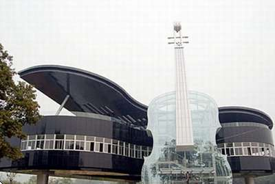 piano violin building 400 Un edificio muy musical