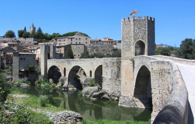 puente besalú Perderse entre las piedras de Besalú