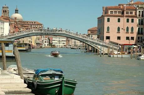 puentedelosdescalzos1 460x304 El Puente de los Descalzos, dando la bienvenida en Venecia