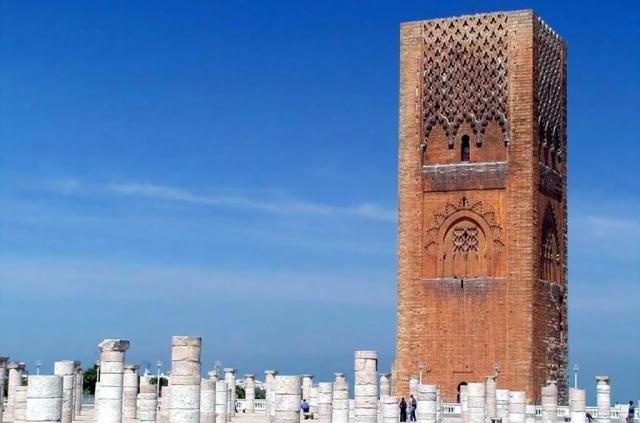 torre hassan La Torre Hassan y la mezquita incompleta